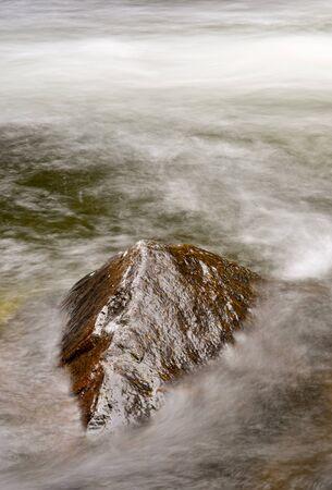 Agua en movimiento sobre el r�o Merced, valle de Yosemite, California Foto de archivo - 4021528