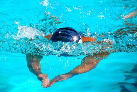 Foto van een zwemmer tijdens een race.