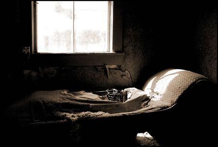 The remains of a vintage cot in an abandoned building. Imagens