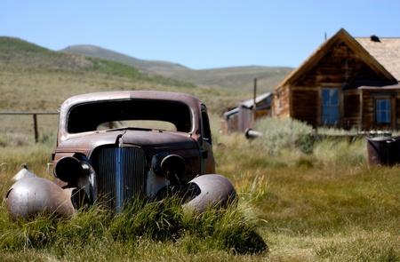 abandoned car: Un coche abandonado en la pradera