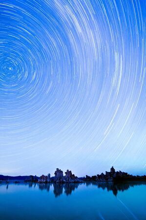 One hour sections of light and star trails over Mono Lake tufas. 版權商用圖片