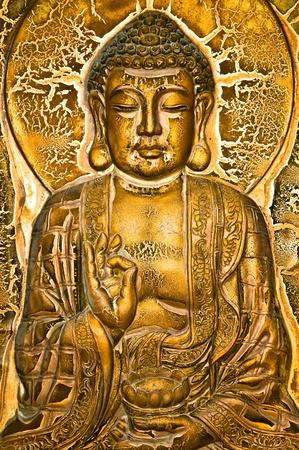 Un Buda sentado en flor de loto y bendiciendo a una urna de loto. Foto de archivo - 11508016