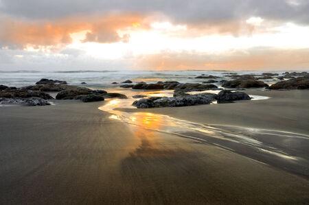 水波と岩と夕日の間の高騰。