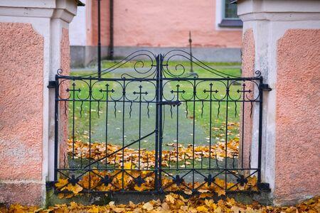 スウェーデン教会ヤードに鉄の門の出入り口。