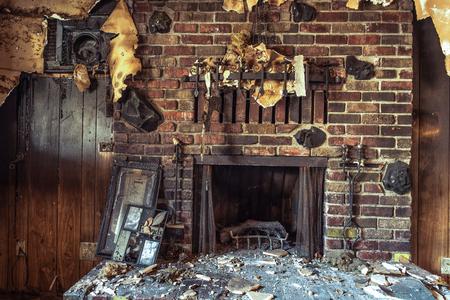 Fumar e fumar móveis danificados em uma casa familiar única.