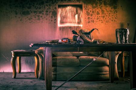 火と煙の傷つけられた家具シングル家族の家で。 写真素材