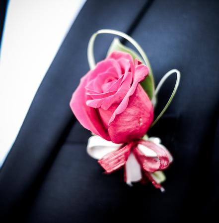 Rose dient bei einer offiziellen Veranstaltung als Anstecknadel für einen männlichen Anzug. Standard-Bild - 81433459