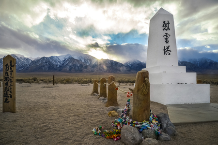 White obelisk and paper cranes at Manzanar Japanese Internment Camp in California. 免版税图像
