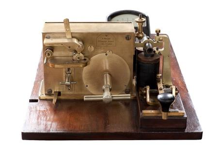 telegrama: Antiguo telégrafo aislado sobre fondo blanco