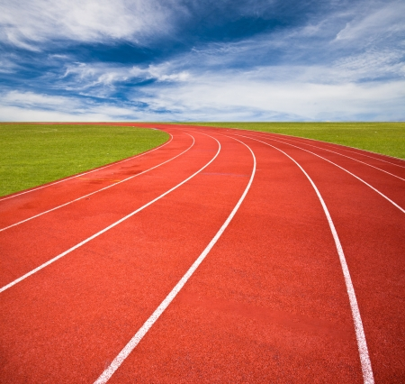 pista de atletismo: Paseos en helic�ptero sobre el cielo azul y las nubes