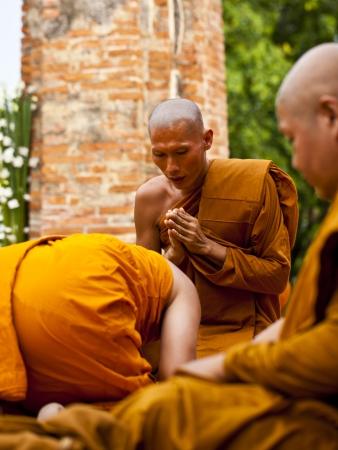 klerus: AYUTHAYA, THAILAND - 24. Juni: Die Praxis Klerus des Buddhismus in Visakha Puja Day am 24. Juni 2013 Ayuthaya ist Thailand.Visakha Puja Tag die drei wichtigen Vorfall Budhha, Geburt Tag, Aufkl�rung und Nibbana. Editorial