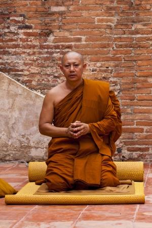 klerus: AYUTHAYA, THAILAND - 24. Juni: Die Praxis des Buddhismus Klerus in Visakha Puja Day am 24. Juni 2013 beginnen. Ayutthaya ist Thailand.Visakha Puja Day die drei wichtigen Vorfall Budhha, Geburtstag, Erleuchtung und nibbana.