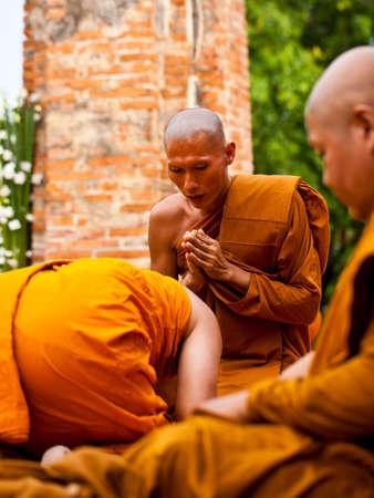 klerus: AYUTHAYA, THAILAND - 24. Juni: Die Praxis Klerus des Buddhismus in Visakha Puja Day am 24. Juni 2013 Ayuthaya ist Thailand.Visakha Puja Tag die drei wichtigen Vorfall Budhha, Geburtstag, Erleuchtung und Nibbana. Editorial