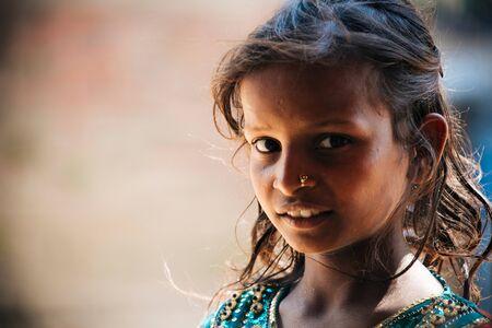 KATHMANDU, 네팔 - 5 월 5 일, 2017 : Bhaktapur, 카트만두, 네팔에서 유산 사이트에서 2017 년 5 월 5 일에 Unidentifiy 네팔 소녀.