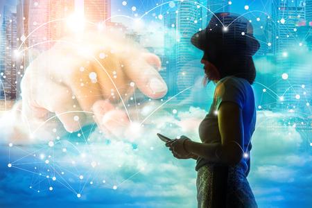 Verbindingsconcept, beeld van de verbinding van het silhouetmeisje met haar smartphone over de blauwe hemel.