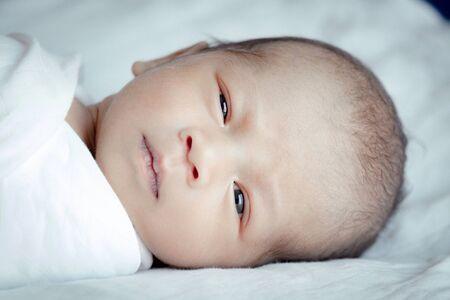 Ritratto di un simpatico bambino asiatico, il concetto crea un neonato, messa a fuoco selettiva agli occhi.