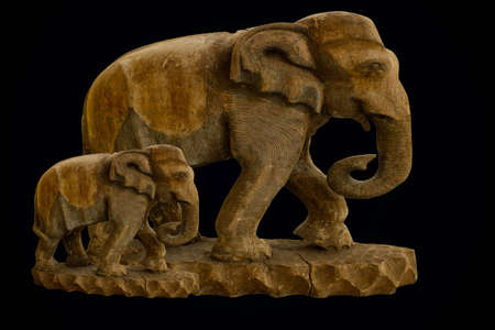 wood figurine: Estatuas de elefantes hizo 8203; 8203; de la madera con un fondo negro Editorial