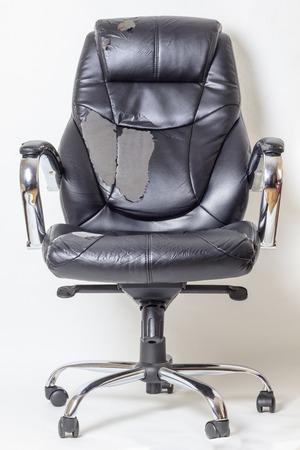 silla de oficina de cuero sobre un fondo blanco. sin aislamiento. refacción. transporte de tapicería Foto de archivo