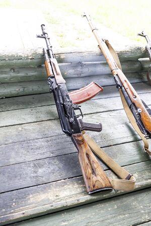 entrainement militaire. l'arme est prête. mitrailleuses, fusils et mitrailleuses. toutes les époques différentes Banque d'images