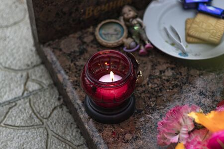 it's raining. the candle is burning. background grave. marble slab Stockfoto