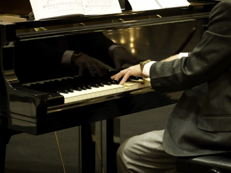 Close up of male hands playing piano. 版權商用圖片
