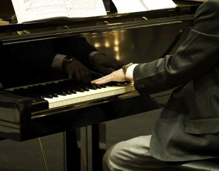 pianista: El pianista tocando el piano de cola Foto de archivo