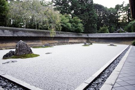 竜安寺の庭園で禅の石庭 15 ストーンズ白い砂利京都日本 写真素材