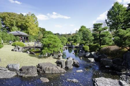 京都、日本、和風池の庭園