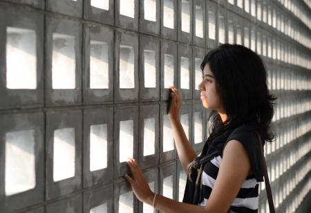 劇的な背景に非常に悲しい表情で美しいヒスパニック系女性