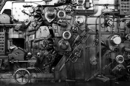 industrial engineering: Detalle de una m�quina oxidada en la f�brica abandonada, Negro y el tono blanco Foto de archivo