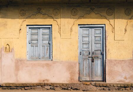 chand: Puerta tradicional y Ventana en Chand Baori Stepwell en Jaipur, Rajasthan, India.