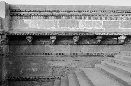 toran: Crafted designs on rocks Adalaj Stepwell in Ahmedabad, Gujarat, India (black and white) Stock Photo
