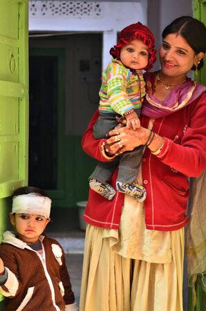 arme kinder: Jodhpur, Indien - 1. Januar 2015: Indische Mutter stolz posiert mit ihren Kindern in Jodhpur, Indien. Jodhpur ist die zweitgr��te Stadt im indischen Bundesstaat Rajasthan mit �ber 1 Million Einwohner.