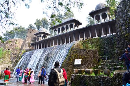 chand: Chandigarh, India - 4 de enero de 2015: La gente visita las estatuas de roca en el jard�n de rocas el 4 de enero de 2015, de Chandigarh, India. El jard�n de rocas fue fundada por el artista Nek Chand en 1957 y est� hecho completamente de residuos reciclados.