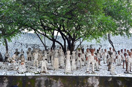 chand: Chandigarh, India - 4 de enero de 2015: estatuas de roca en el jard�n de rocas en el 04 de enero 2015 en Chandigarh, India. El jard�n de rocas fue fundada por el artista Nek Chand en 1957 y est� hecho completamente de residuos reciclados.