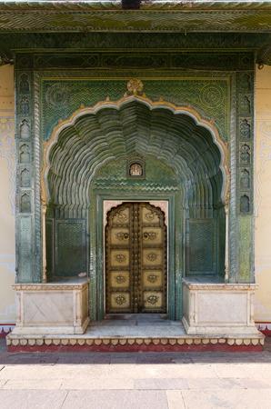 marqueteria: Puerta Verde en Pitam Niwas Chowk, Jaipur Palacio de la ciudad, Rajasthan, India. Editorial