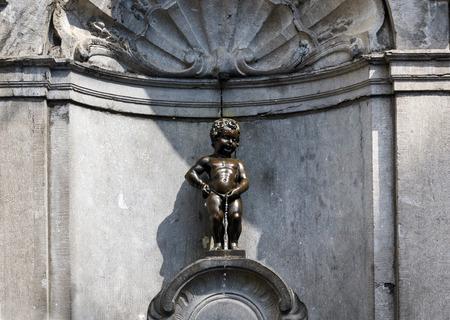pis: Manneken Pis (Pequeño hombre Pee), una pequeña escultura de bronce en Bruselas, Bélgica