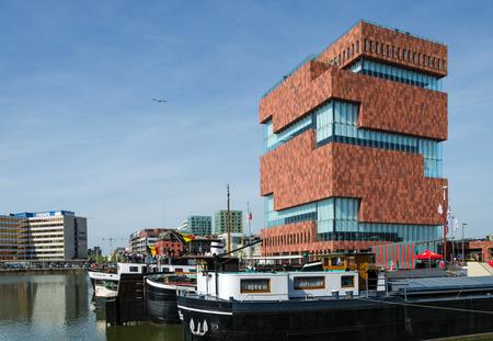 Antwerpen, België - 10 mei 2015: Museum aan de Stroom (MAS) langs de Schelde in de wijk Eilandje Antwerpen, België, op 10 mei 2015 geopend in mei 2011 is het grootste museum in Antwerpen.