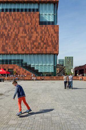 Antwerpen, België - 10 mei 2015: Mensen bezoeken Museum aan de Stroom (MAS) langs de Schelde in de wijk Eilandje Antwerpen, België, op 10 mei 2015 geopend in mei 2011 is het grootste museum in Antwerpen.