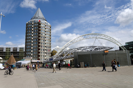 Rotterdam, Nederland - 9 mei 2015: Potlood toren, kubuswoningen en het Blaak Station in het centrum van de stad op 9 mei 2015 in Rotterdam, district Blaak, Nederland