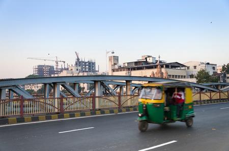 rikscha: Rickshaw auf Ellis Br�cke in Ahmedabad, Gujarat, Indien Lizenzfreie Bilder