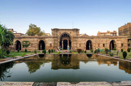 Ancient Mosque Near Sidi Saiyad Masjid in Ahmedabad, Gujarat, India. Foto de archivo