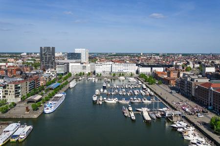 Jachten afgemeerd in de Willem Dock afgebeeld van het Museum aan de Stroom in Antwerpen, België. Redactioneel