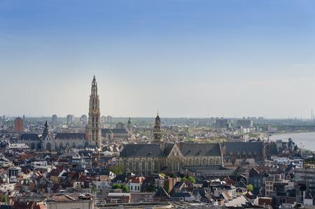 Luchtfoto van de kathedraal van Onze-Lieve-Vrouw en de kerk van Saint Paul in Antwerpen, België. bekeken van Museum aan de Stroom