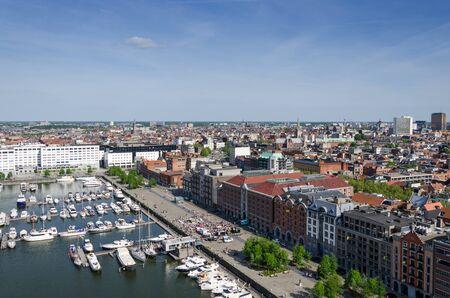 Jachten afgemeerd in de Willem Dock en Antwerp City, België.
