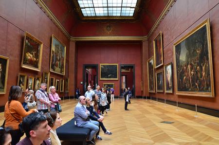 パリ、フランス - 2015 年 5 月 13 日: 訪問者はルーブル美術館、パリ、フランスでルーベンスの絵画をご覧ください。8.5 m の年間訪問者、ルーブルは一