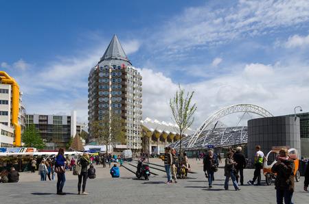 Rotterdam, Nederland - 9 mei 2015: Mensen rond potlood toren, kubuswoningen en het Blaak Station in het centrum van de stad op 9 mei 2015 in Rotterdam, district Blaak, Nederland