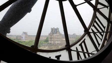 numeros romanos: Grandes relojes con n�meros romanos en el Museo de Orsay a Museo del Louvre en Par�s, Francia Editorial