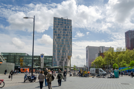 dweling: Rotterdam, Netherlands - May 9, 2015: People around Blaak Station in the center of the city on May 9, 2015, in Rotterdam, Blaak district, The Netherlands Editorial