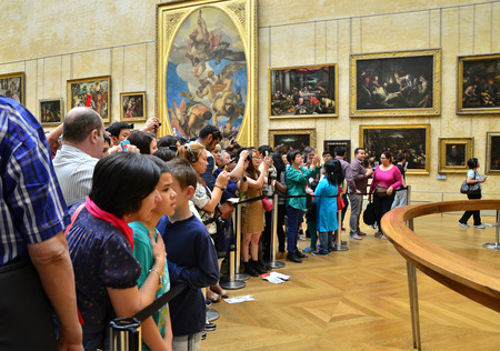 mona lisa: Paris, France - May 13, 2015: Visitors take photos of Leonardo DaVincis Mona Lisa at the Louvre Museum on May 13, 2015 in Paris, France. The painting is one of the worlds most famous. Editorial
